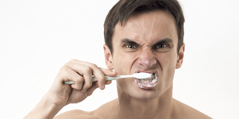 Spazzoli i denti o disgreghi la placca